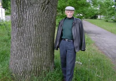 Е.Мосягин у родового дуба. 2008 г.
