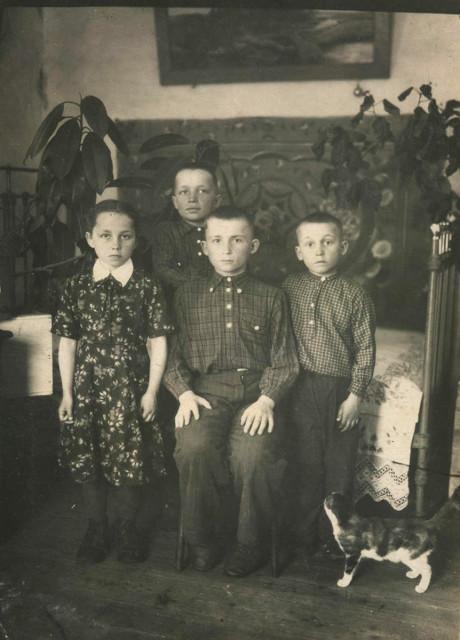 С братьями и сестренкой